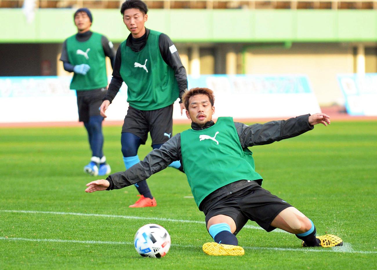ゲーム形式の練習でボールに食らいつく磐田MF大森(右)(撮影・神谷亮磨)