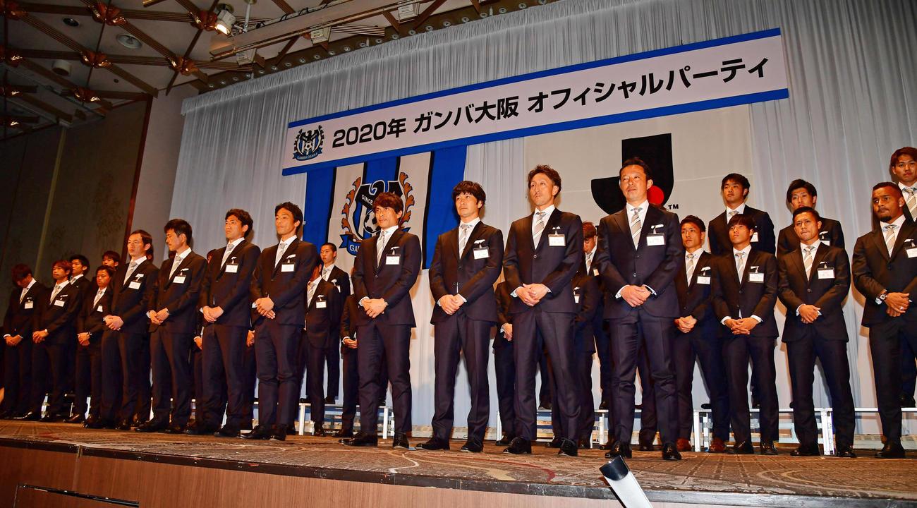 G大阪オフィシャルパーティーで紹介される宮本監督(中央)らイレブン(撮影・清水貴仁)