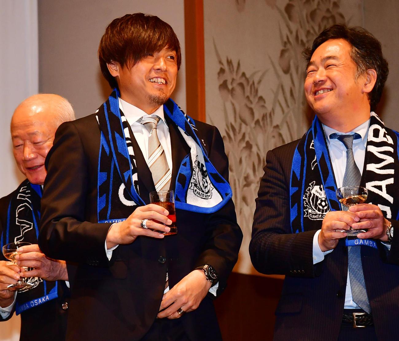 G大阪オフィシャルパーティーの完勝セレモニーで笑顔を見せるMF遠藤(左)ら(撮影・清水貴仁)