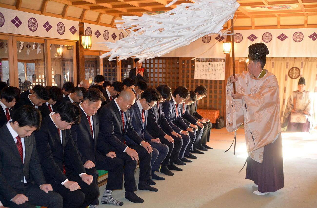 桜山神社で必勝を祈願するJ3岩手の秋田監督(中央)や選手たち(撮影・鎌田直秀)