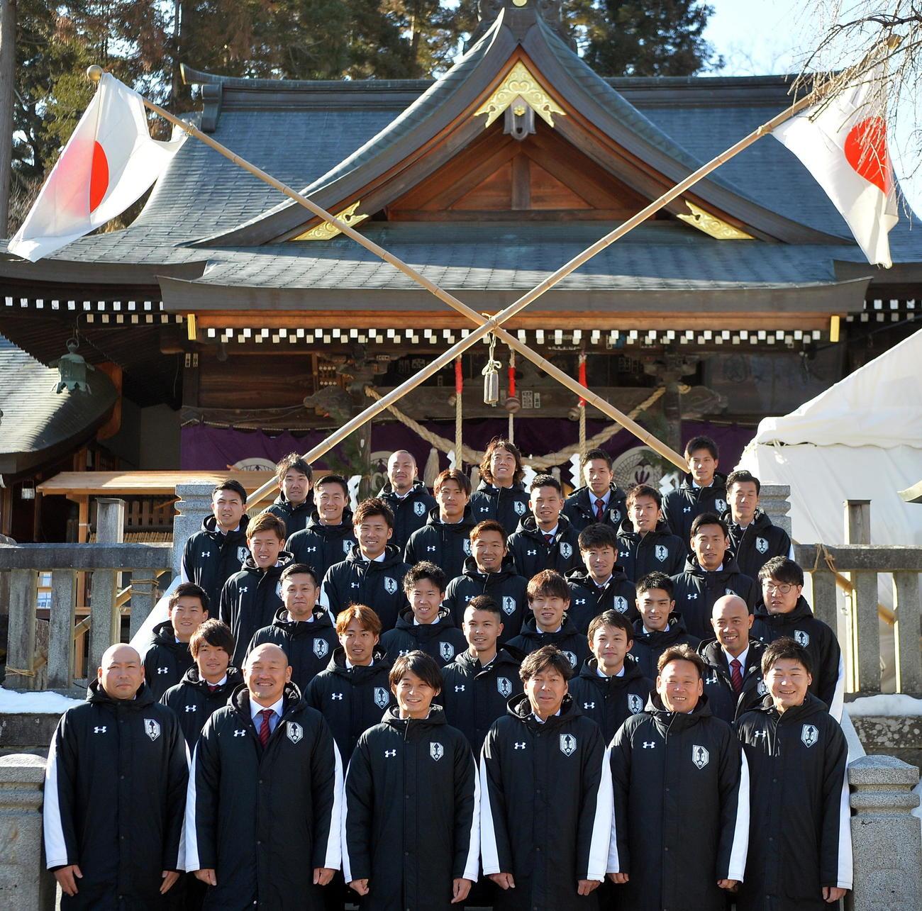 桜山神社で必勝祈願を行ったJ3岩手の秋田監督(前列左から2人目)や選手たち(撮影・鎌田直秀)