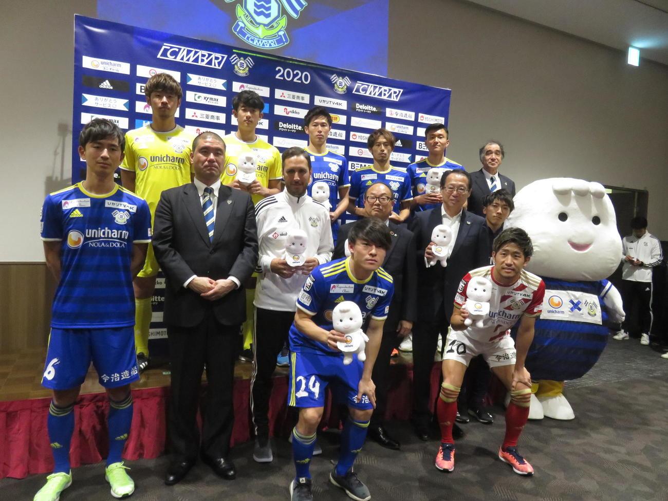 FC今治のシーズン方針発表会で新加入選手らと意気込みを語った岡田オーナー(中列右から2人目)