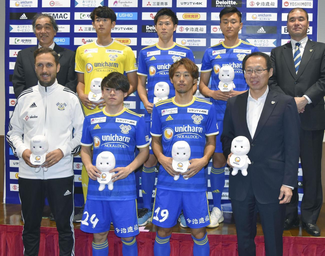 新加入選手らと並ぶFC今治の岡田武史会長(前列右端)とリュイス監督(同左端)(共同)