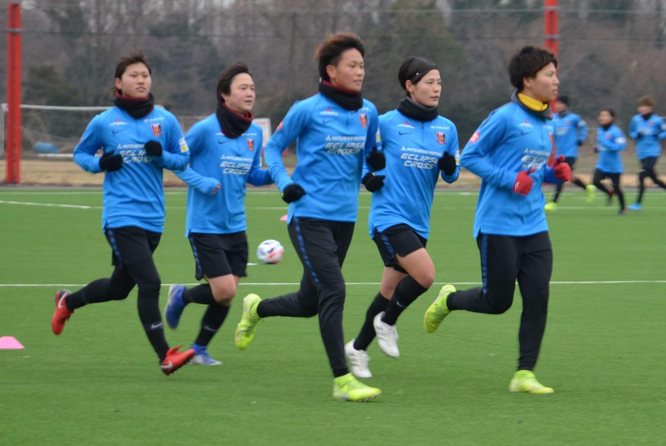 今季の練習を始動し、インターバル走を行う浦和レディースの選手たち(撮影・松尾幸之介)