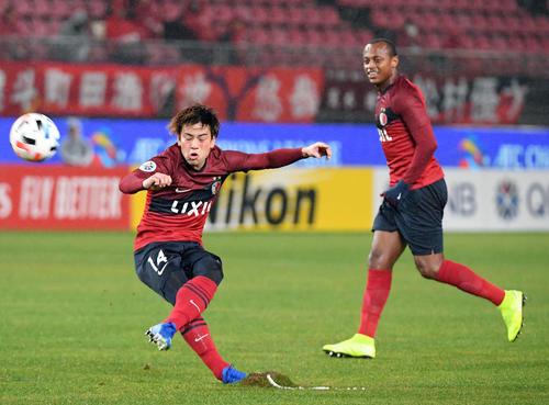 鹿島対メルボルン 前半、FKでゴールを狙う鹿島MF永戸(撮影・たえ見朱実)