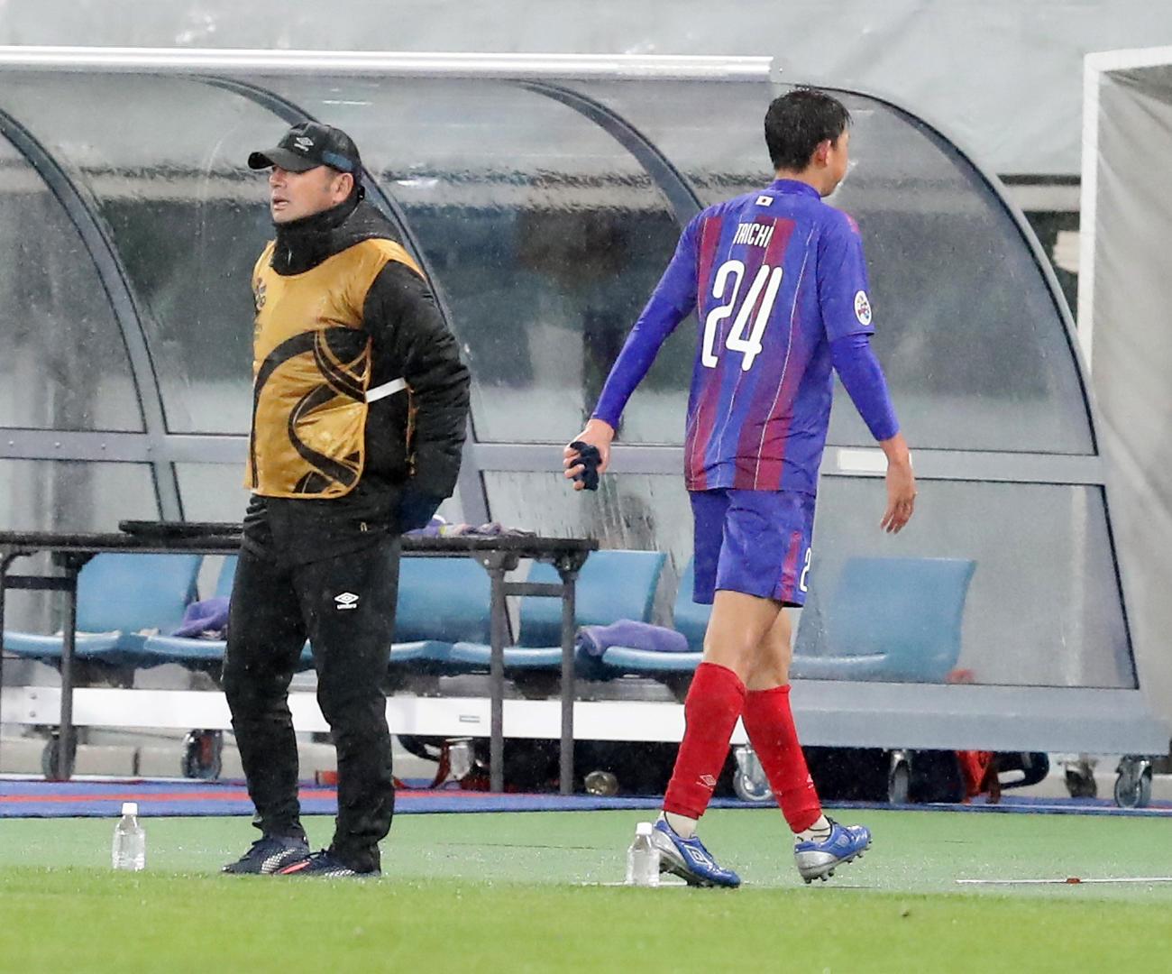 ACL東京対セレス・ネグロス 後半、相手とボールを競り合い反則でレッドカードを食らいベンチに引き揚げる東京FW原(右)。左は長谷川監督(撮影・浅見桂子)