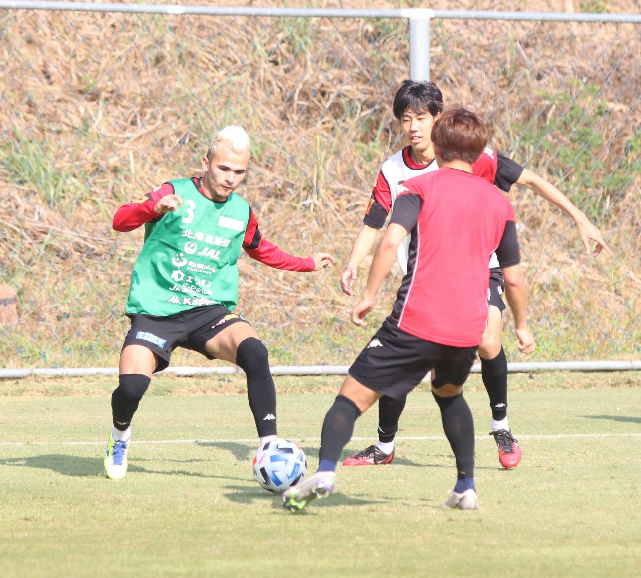 ボールをさばく札幌MFルーカス(左)(撮影・西塚祐司)