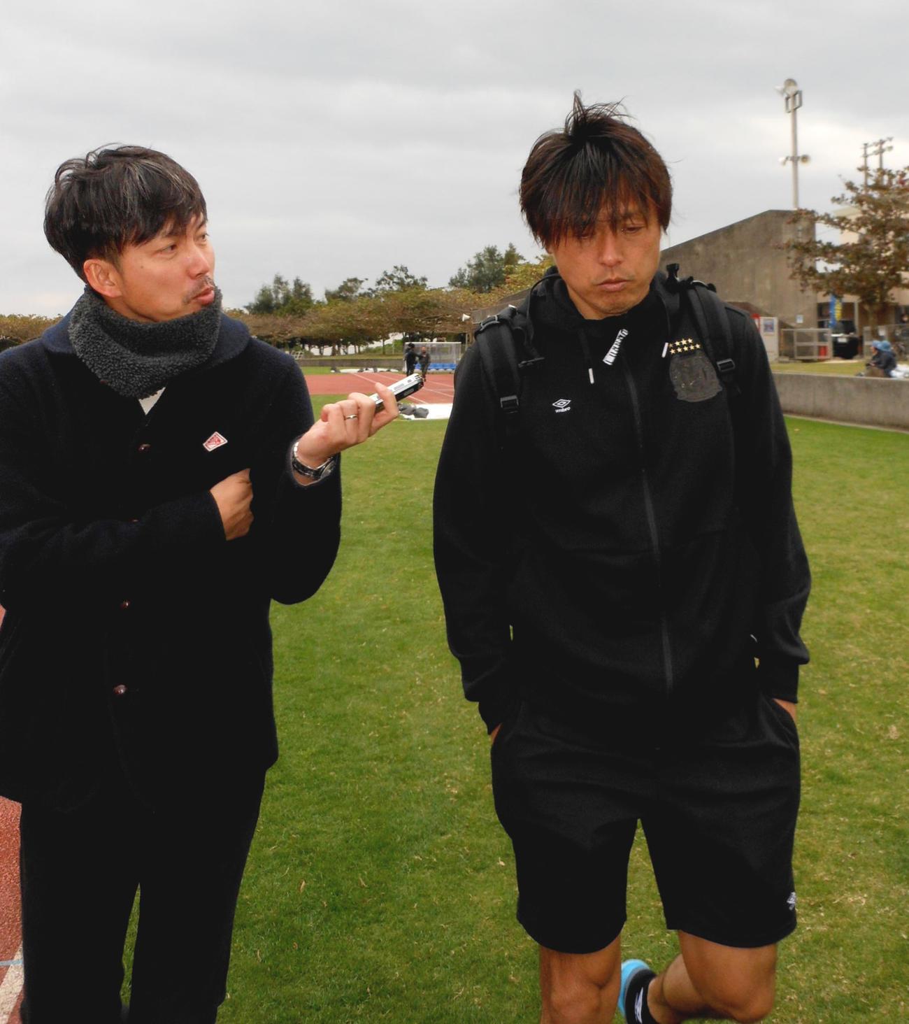 沖縄2次キャンプで取材に応じるG大阪MF遠藤