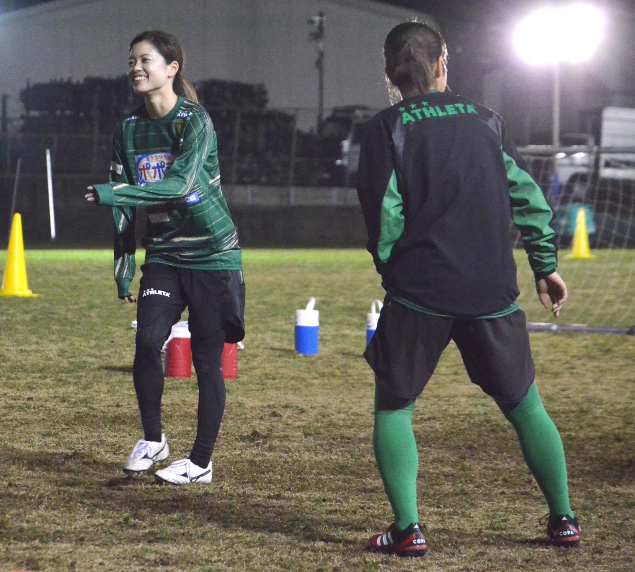 今季の始動日に誕生日を迎えた日テレのMF長谷川(左)(撮影・松尾幸之介)