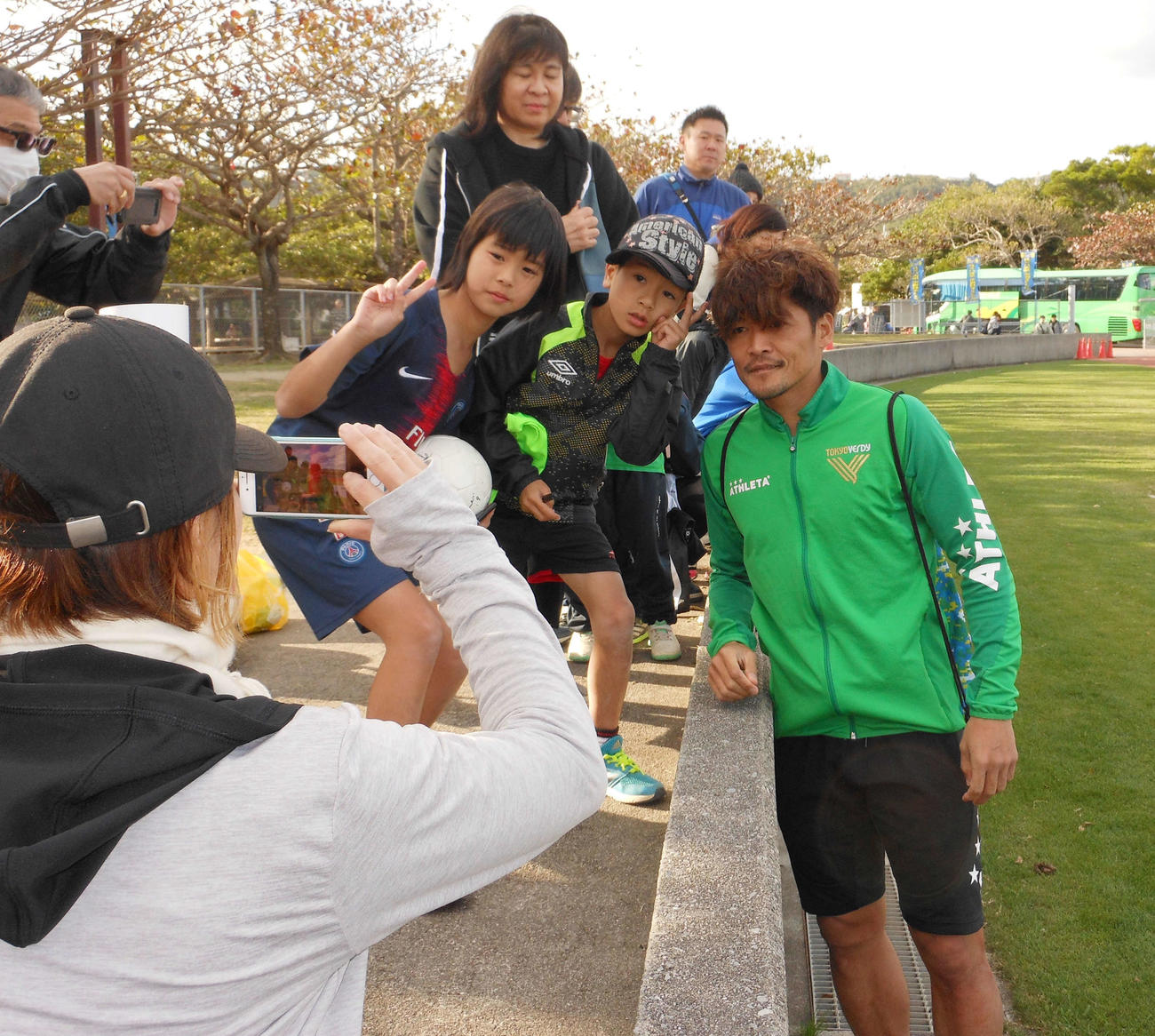 G大阪との練習試合に出場した東京V・FW大久保はファンと記念写真に納まる(撮影・横田和幸)