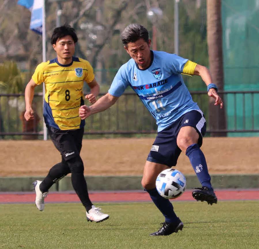 J2栃木との練習試合でボールをコントロールする横浜FCのFWカズ(右)(撮影・岩田千代巳)