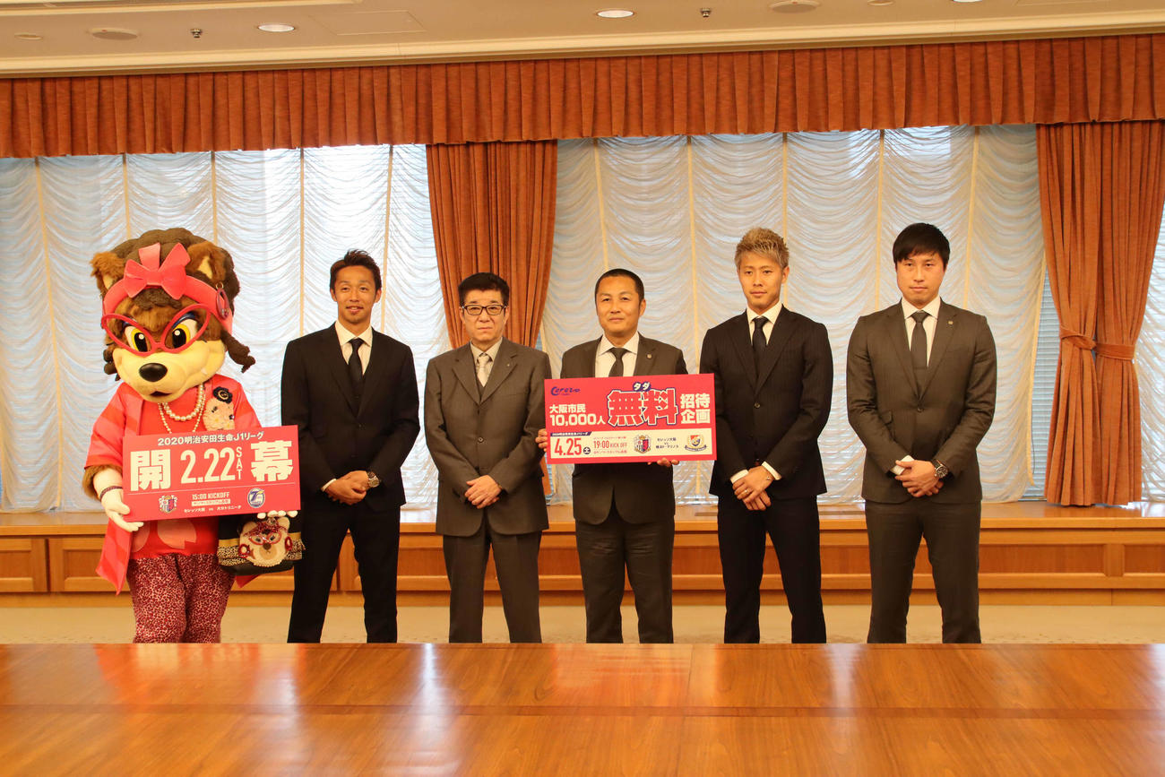 大阪市役所を表敬訪問した(左から)清武、松井市長、森島社長、柿谷、藤本アンバサダー(撮影・南谷竜則)