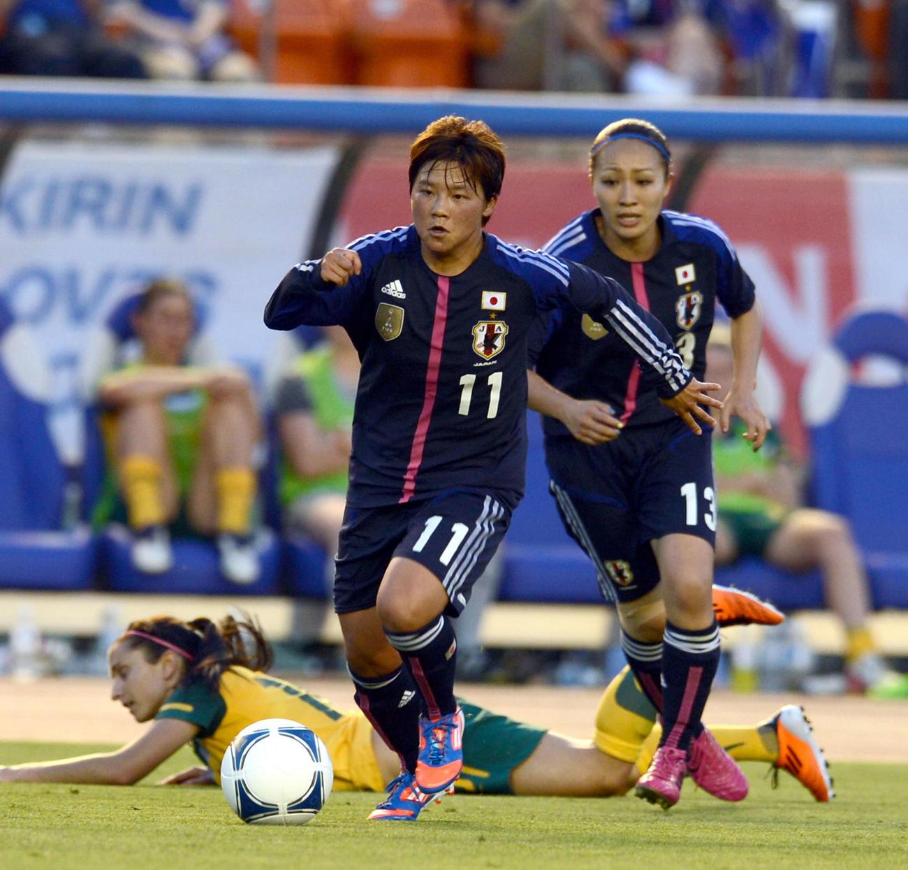 大野忍(左)と丸山桂里奈(2012年7月11日撮影)