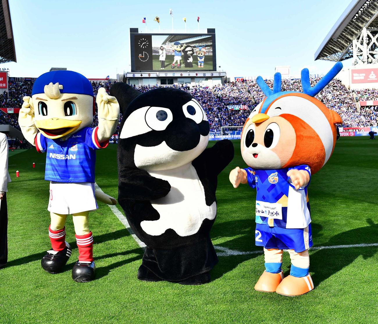 横浜対神戸 Jリーグマスコット総選挙で優勝した横浜のマリノスケ(左)はガッツポーズ。右へ2位名古屋のグランパスくん、3位長崎ヴィヴィくん(撮影・小沢裕)