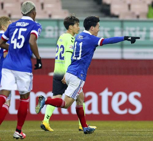 前半、先制ゴールを決め、駆けだす横浜M・遠藤(手前右)=全州(共同)