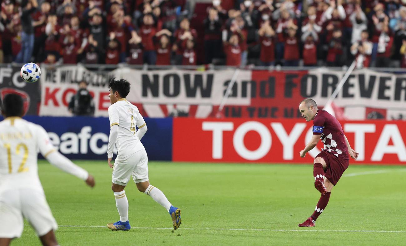 神戸対JDT 前半、神戸FW小川の先制ゴールをアシストするロングパス出すMFイニエスタ(撮影・清水貴仁)