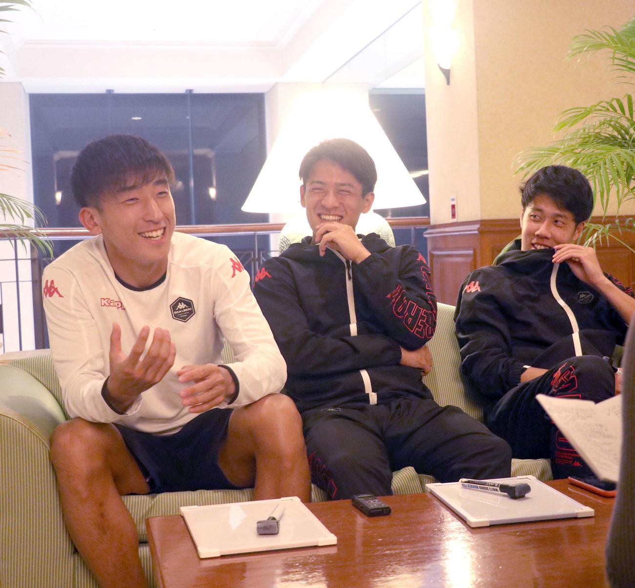 座談会で笑顔を見せる左からMF金子、高嶺、DF田中(撮影・浅水友輝)
