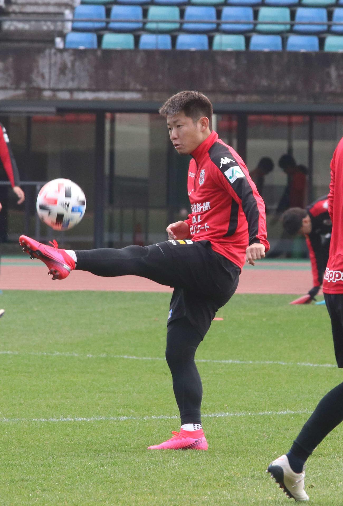 練習でボールを蹴り上げる札幌FW菅(撮影・浅水友輝)