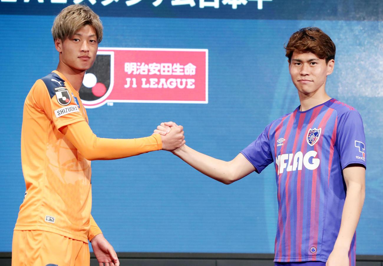 2020Jリーグキックオフカンファレンスで開幕カードの清水DF立田(左)と東京MF橋本は握手(撮影・浅見桂子)