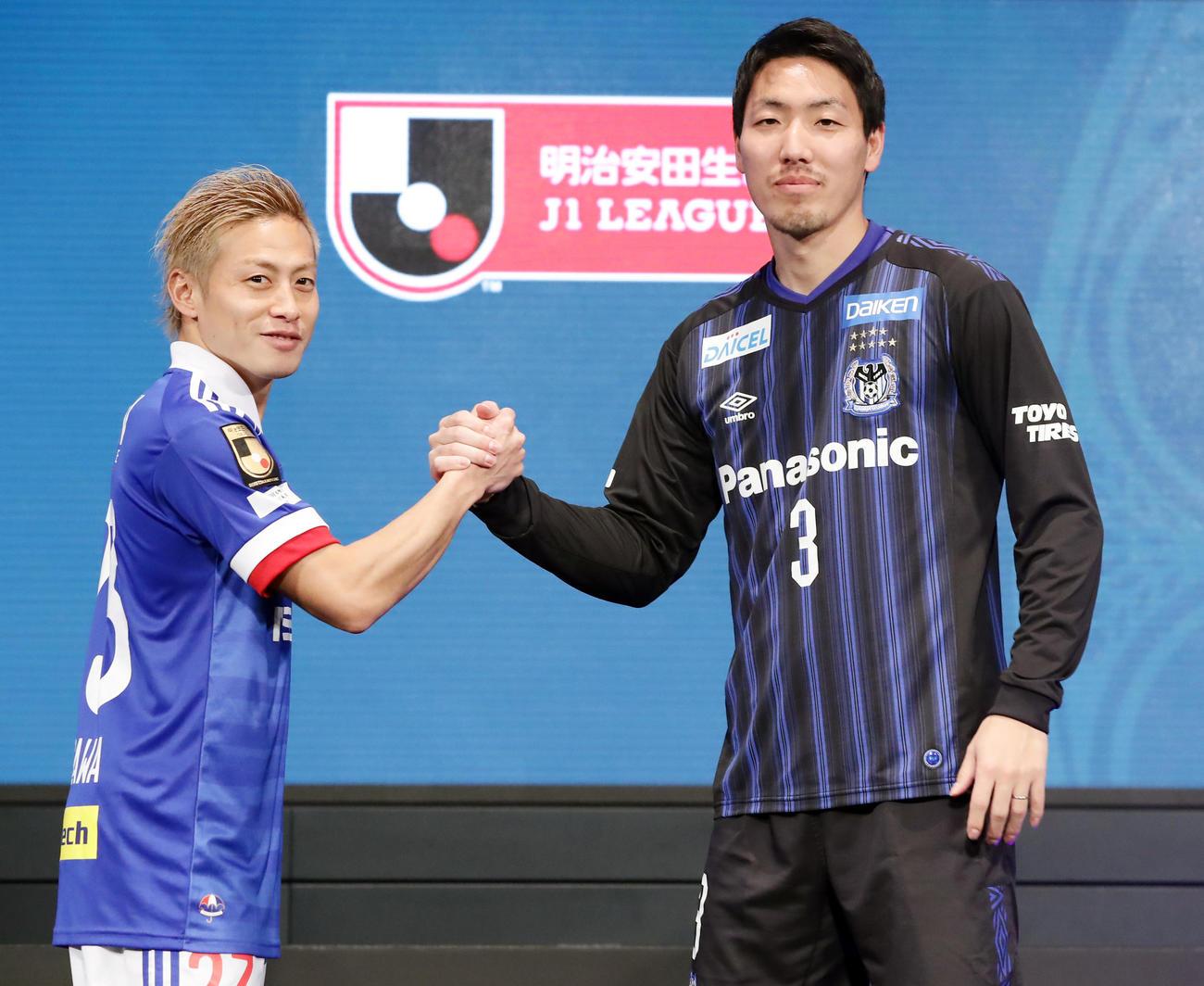2020Jリーグキックオフカンファレンスで開幕カードの横浜FW仲川(左)とG大阪DF昌子は笑顔で握手(撮影・浅見桂子)