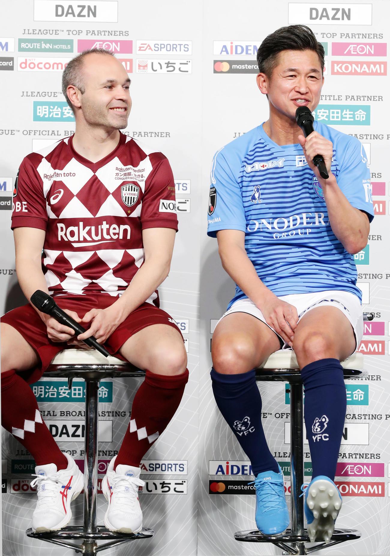 2020Jリーグキックオフカンファレンスの共同会見で、1人スパイクを履いてきた横浜FW・FW三浦(右)は突っ込まれ笑顔。左は神戸MFイニエスタ(撮影・浅見桂子)