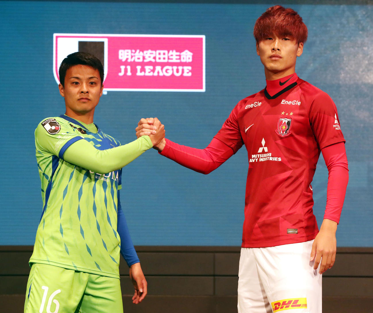 2020Jリーグキックオフカンファレンスで開幕カードの湘南MF齊藤(左)と浦和DF橋岡は握手(撮影・浅見桂子)