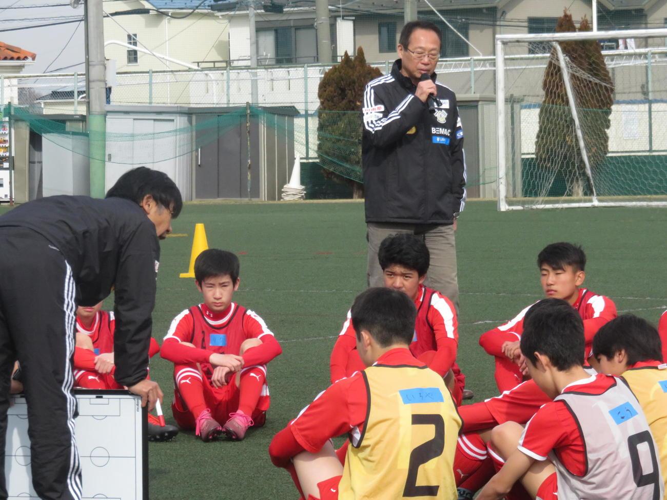 「岡田メソッド」セミナーを実施するFC今治の岡田オーナー(奥)