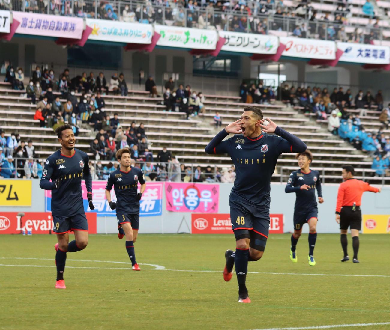前半14分、ヘディングで先制ゴールを決めて喜ぶ札幌FWジェイ(右)。左はMF鈴木(撮影・保坂果那)