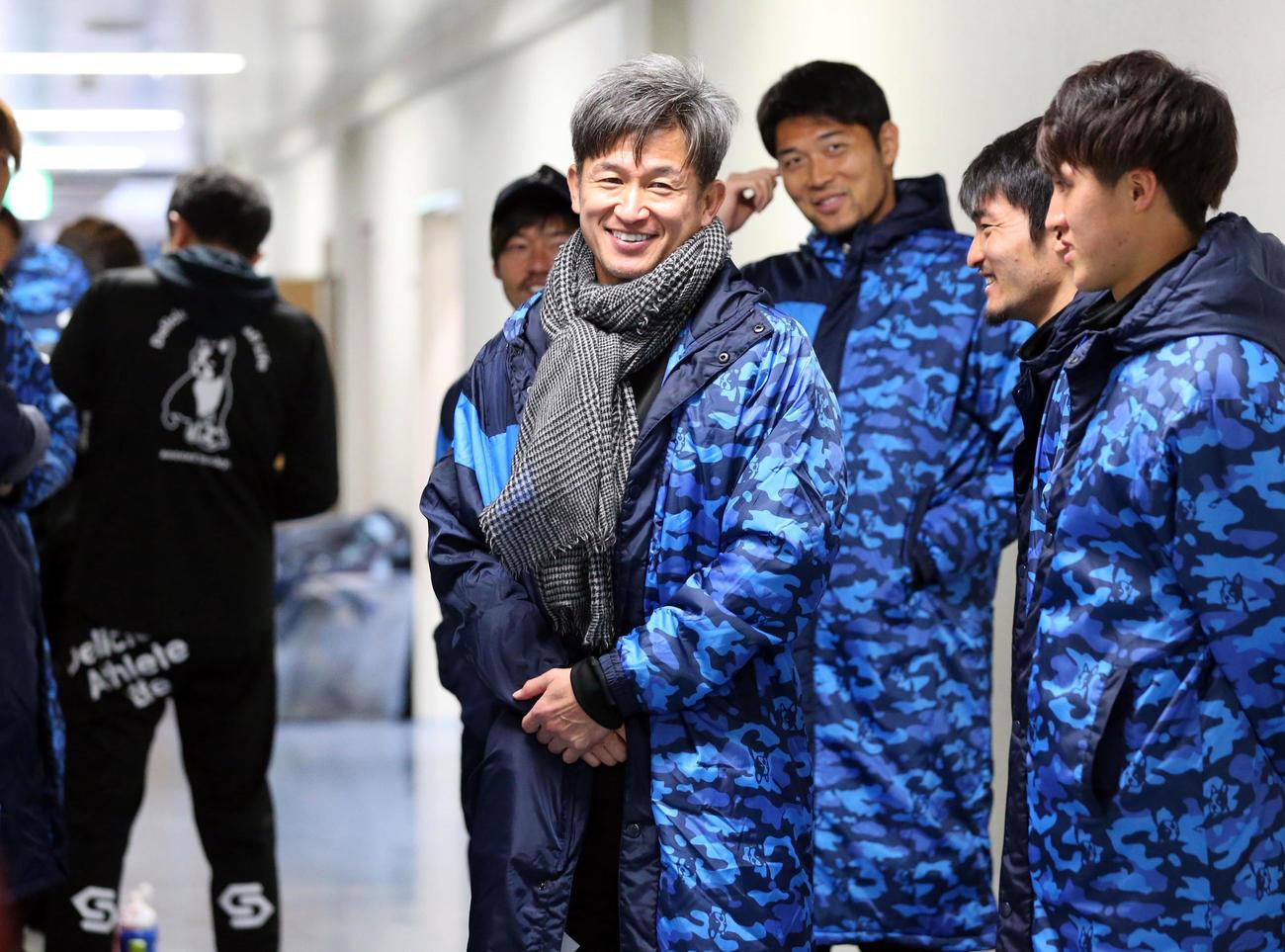 ルヴァン杯横浜FC対広島 ベンチ外となり、選手を送りに控え室から出る横浜FC三浦(中央)ら(撮影・浅見桂子)
