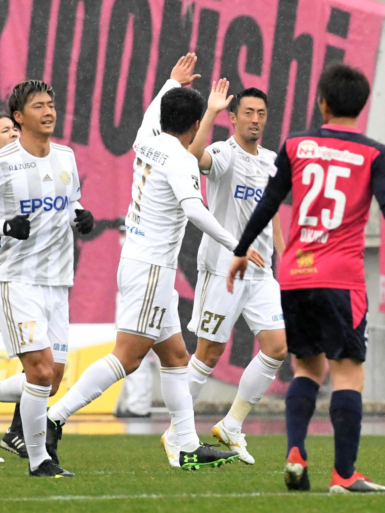 前半、先制ゴールを決め松本山雅FW阪野(左)から祝福を受けるMF鈴木(撮影・前岡正明)