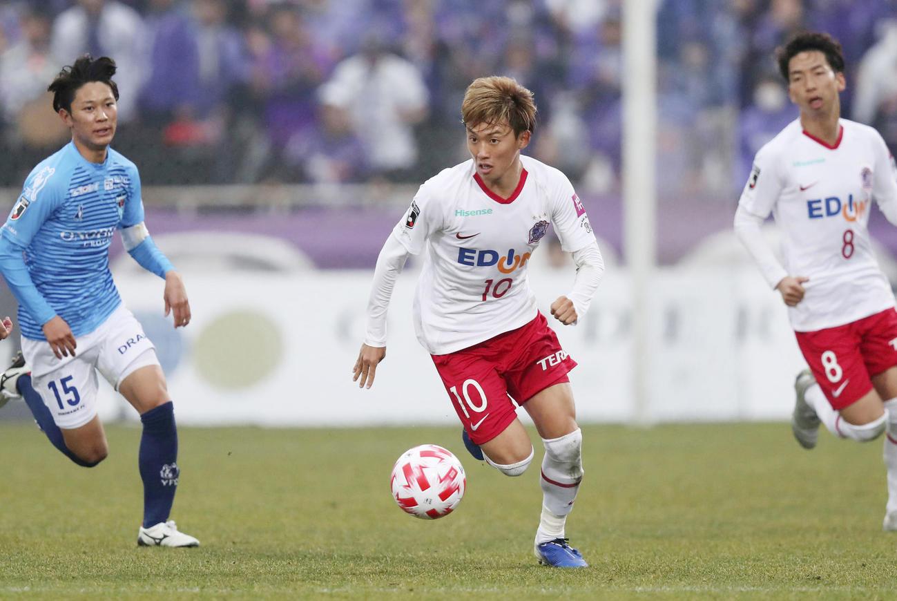 横浜FC-広島 前半、ドリブルで攻め込む広島森島(共同)