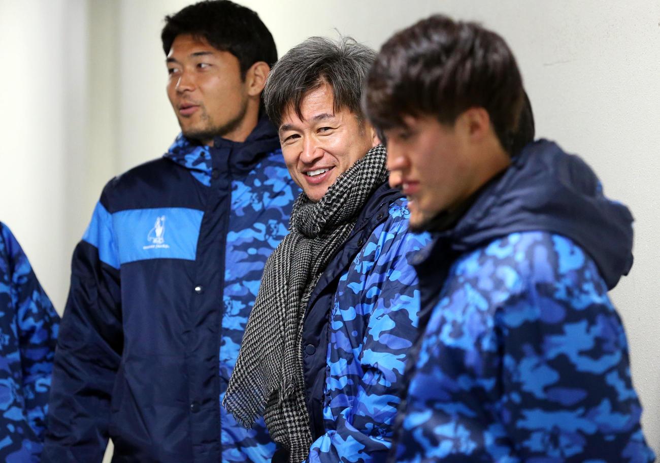 ルヴァン杯横浜FC対広島 ベンチ外となり、選手を送るため控え室から出て笑顔を見せる横浜FC三浦(中央)ら(撮影・浅見桂子)