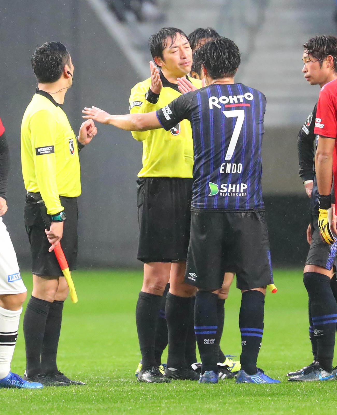 G大阪対柏 試合後、G大阪DF新里亮のゴールは取り消しに抗議するG大阪MF遠藤保仁(右)ら(撮影・宮崎幸一)