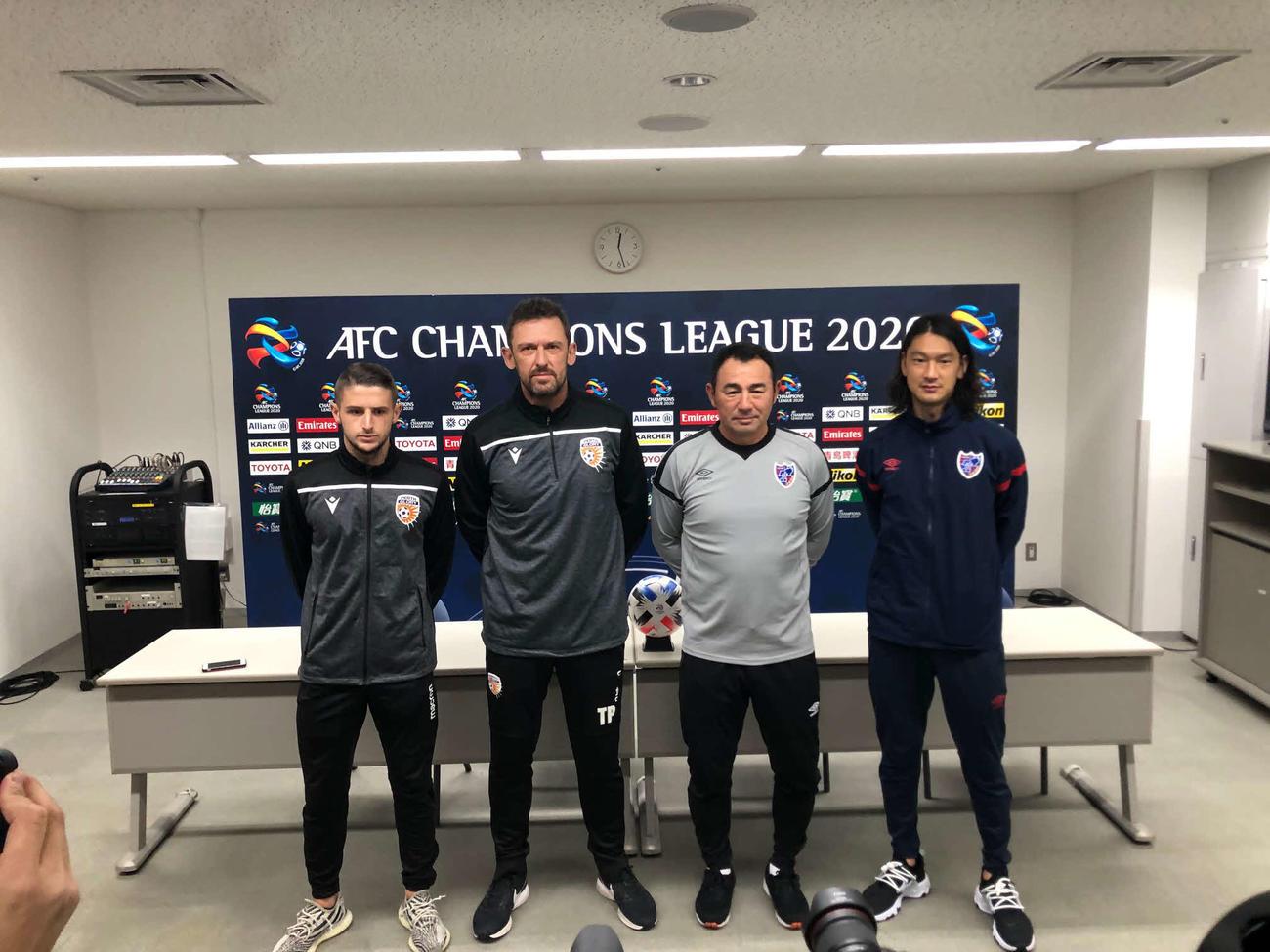 試合前日の会見に出席した(右から)東京のMF高萩、長谷川監督、パースのポポビッチ監督、MFブリマー