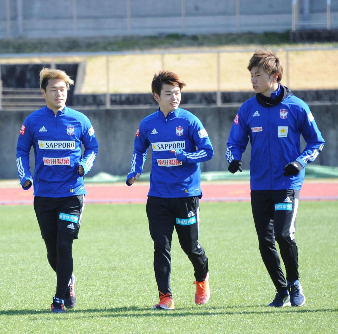 9日、堀米(左)はチームメートとリラックスした様子でランニング