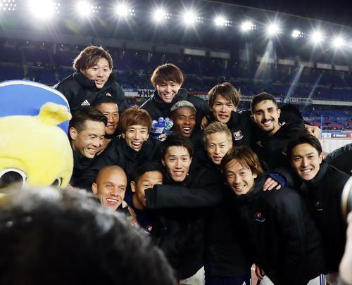 横浜対シドニーFC 4-0で快勝し、笑顔で記念撮影するFWオナイウ(中央)、FW仲川(同右)ら横浜イレブン(撮影・浅見桂子)