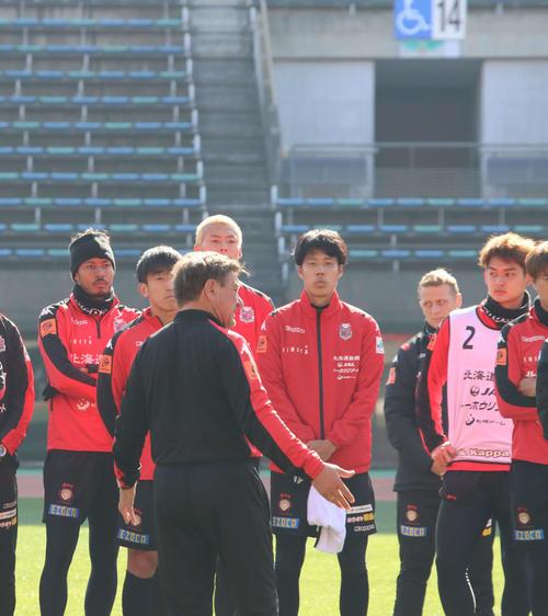 練習最後に選手を集めて話をする札幌ペトロビッチ監督(手前)。後列左端はFW鈴木(撮影・保坂果那)