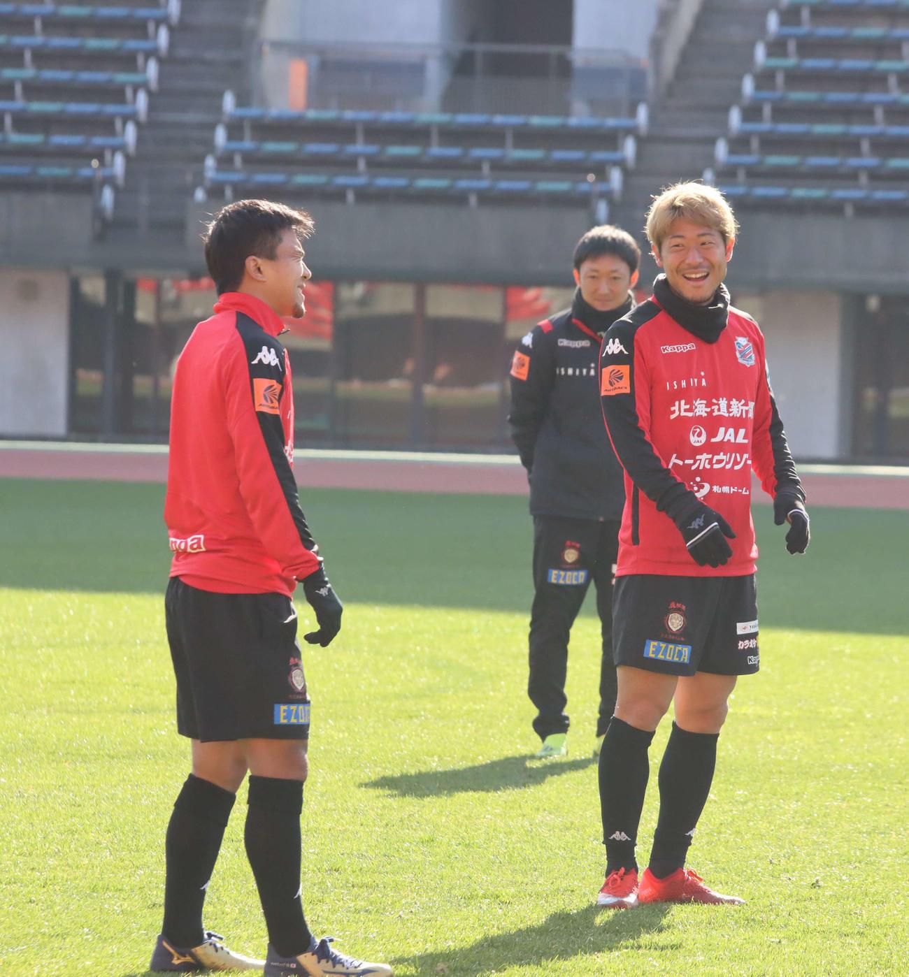 練習中に笑い合う札幌MF白井(右)とMFチャナティップ(撮影・保坂果那)