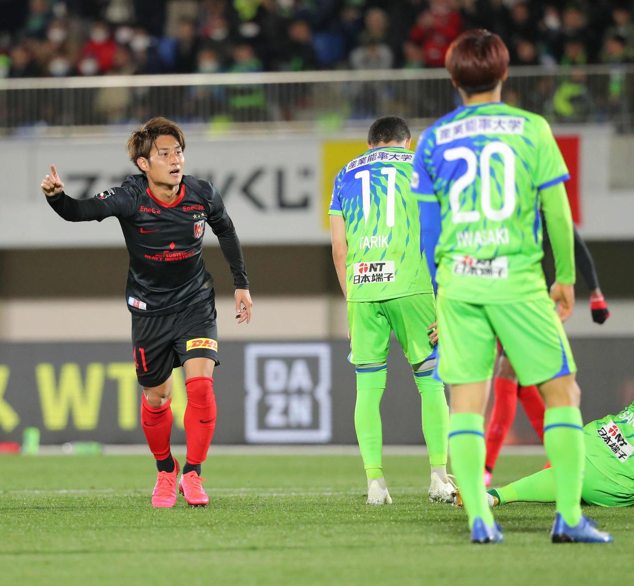 湘南対浦和 後半、ゴールを決め人差し指を挙げる浦和MF関根(左)と肩を落とす湘南イレブン(撮影・河田真司)