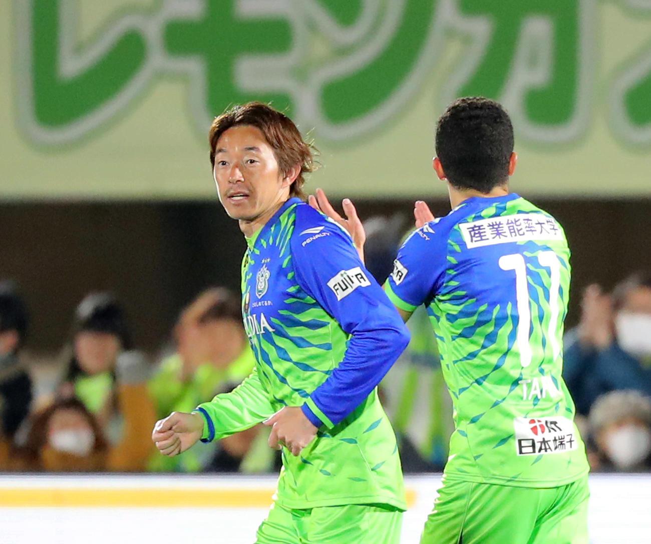前半、ゴールを決めた湘南FW石原直(左)と拍手を送るFWタリク(撮影・河田真司)