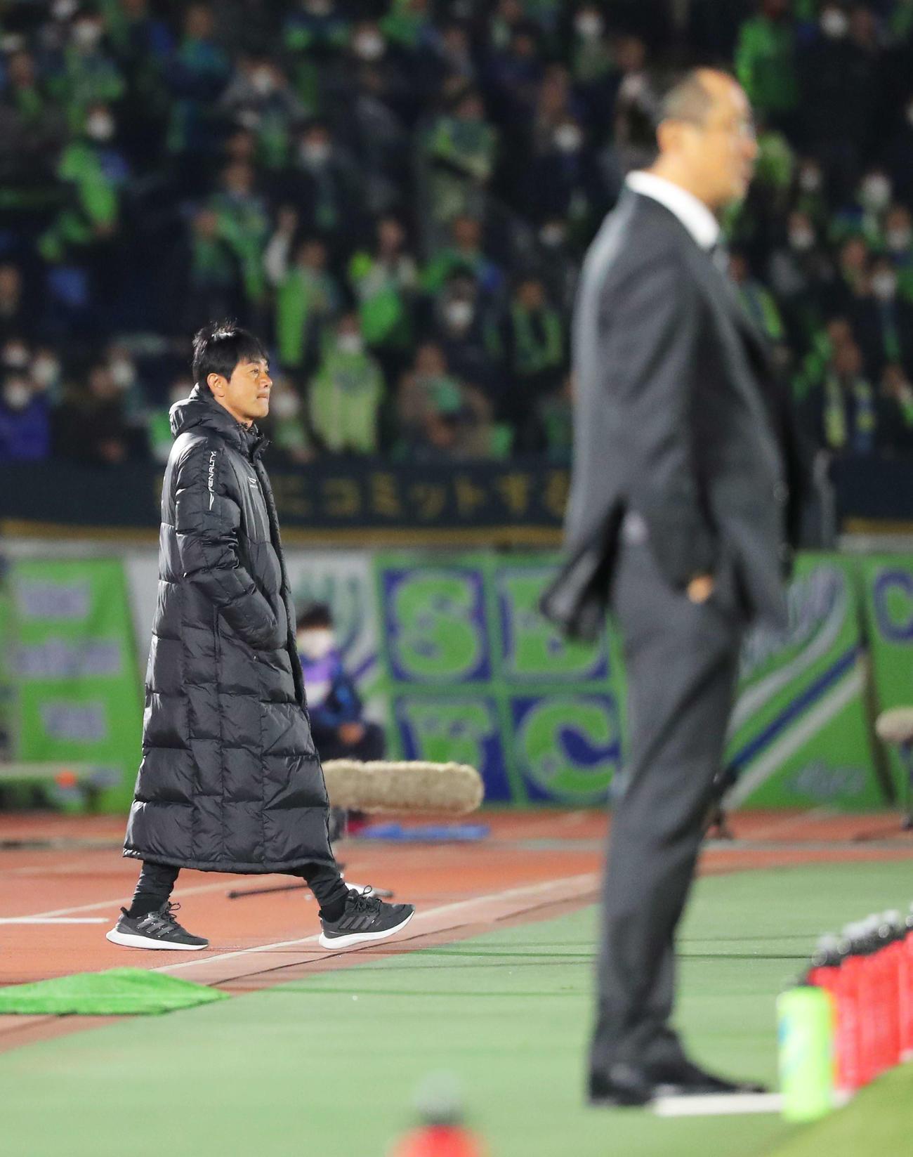 湘南対浦和 前半、ピッチを見つめる湘南浮嶋監督(左)と浦和大槻監督(撮影・河田真司)