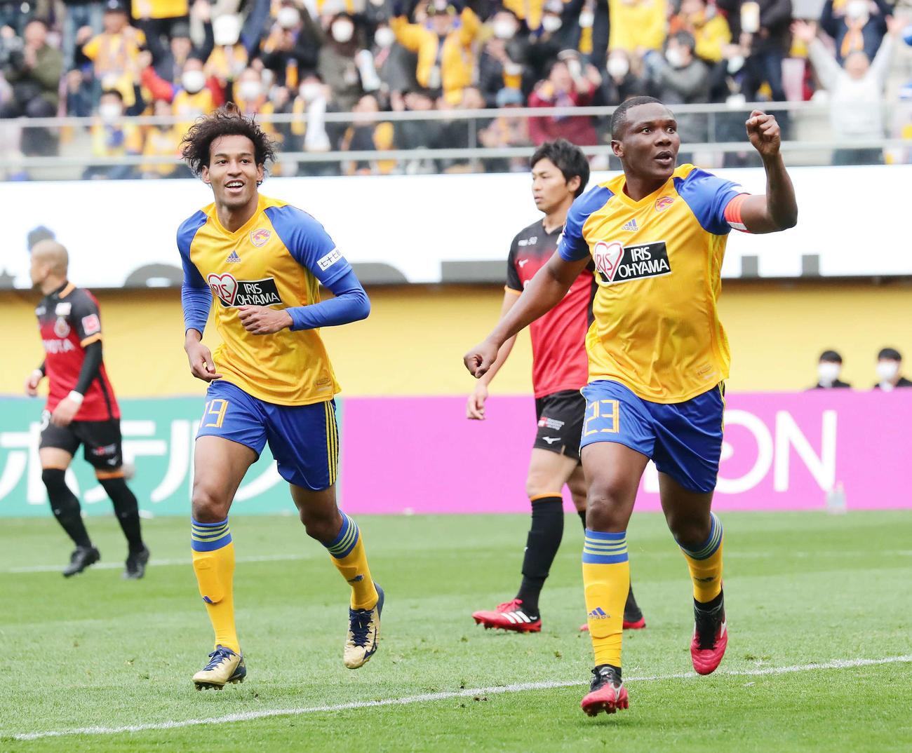仙台対名古屋 前半、先制ゴールを決めて駆け出す仙台DFシマオ・マテ(右)。左はFWジャーメイン良(撮影・丹羽敏通)