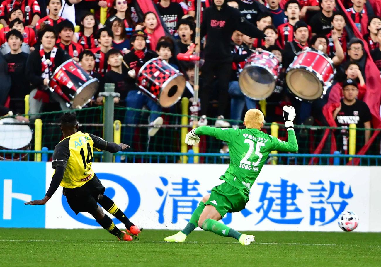 柏対札幌 後半、柏FWオルンガ(左)はこの日2点目のゴールを奪う(撮影・小沢裕)