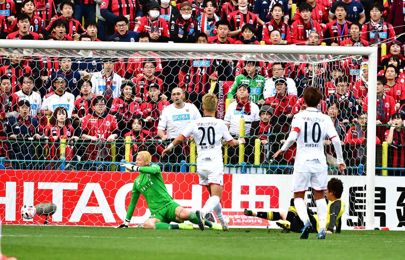 柏対札幌 後半、柏MF江坂(右)はこの日2点目のゴールを奪う(撮影・小沢裕)