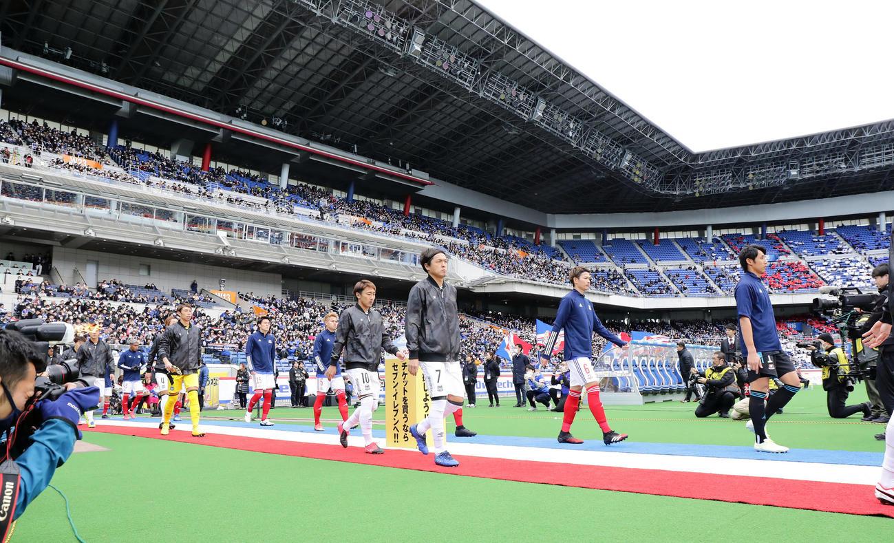 横浜対G大阪 J1最多出場記録に並んだG大阪MF遠藤(中央)は、先発メンバーで入場する(撮影・浅見桂子)