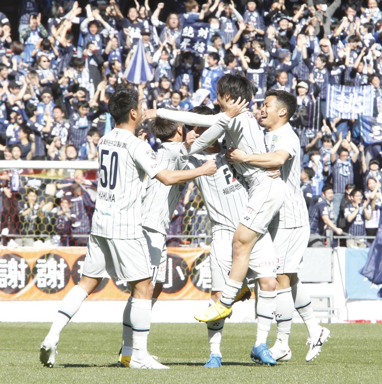 前半44分、先制ゴールを決めて喜ぶ福岡FW遠野大弥(右から2人目)ら (撮影・菊川光一)