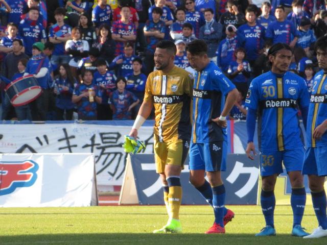 開幕戦を0-0で終え、町田GK秋元(左)は仲間たちと健闘をたたえ合う