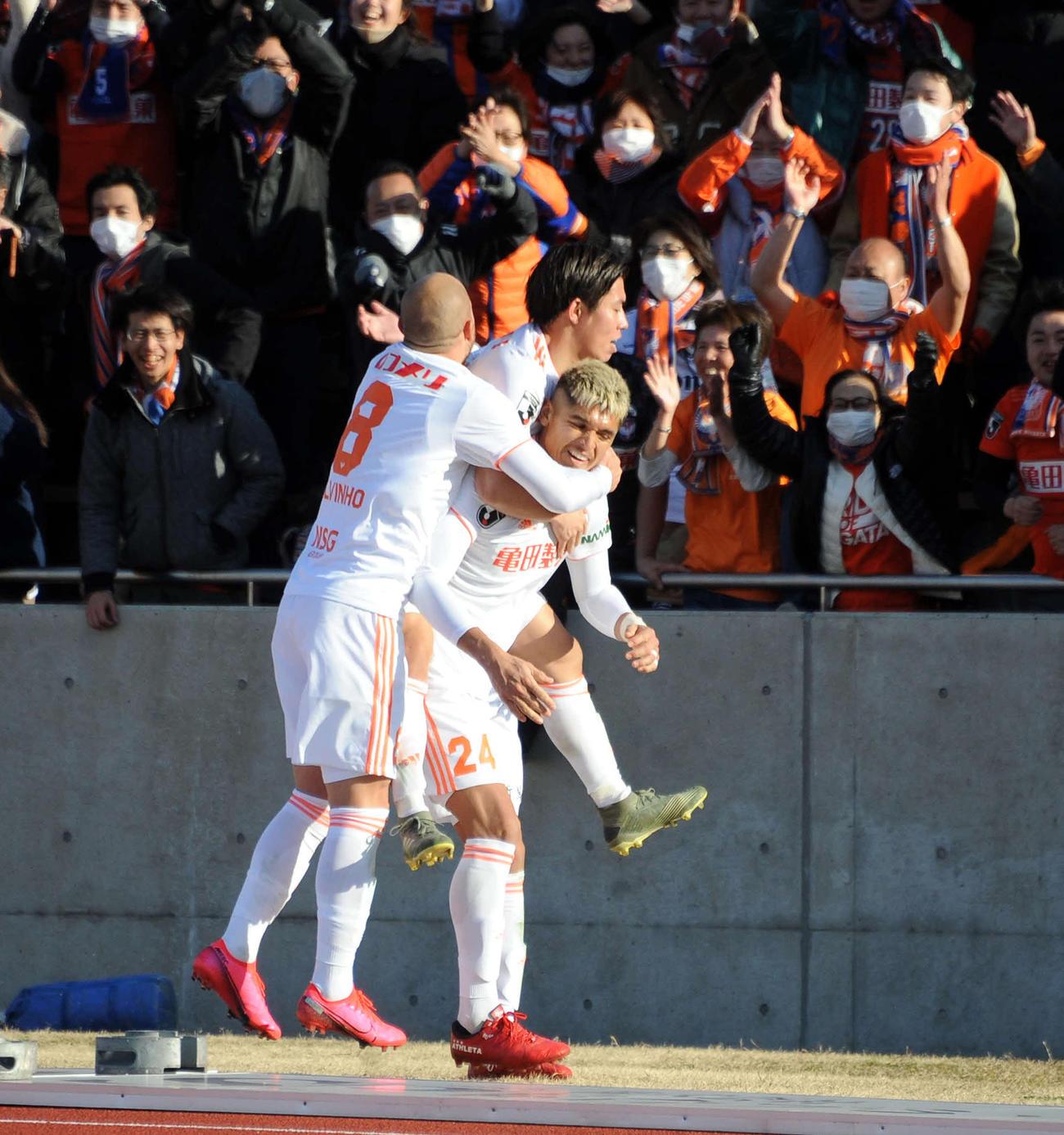 チーム2点目を決めたMFロメロ(右)はサポーターの前で喜びを爆発させる(撮影・斎藤慎一郎)