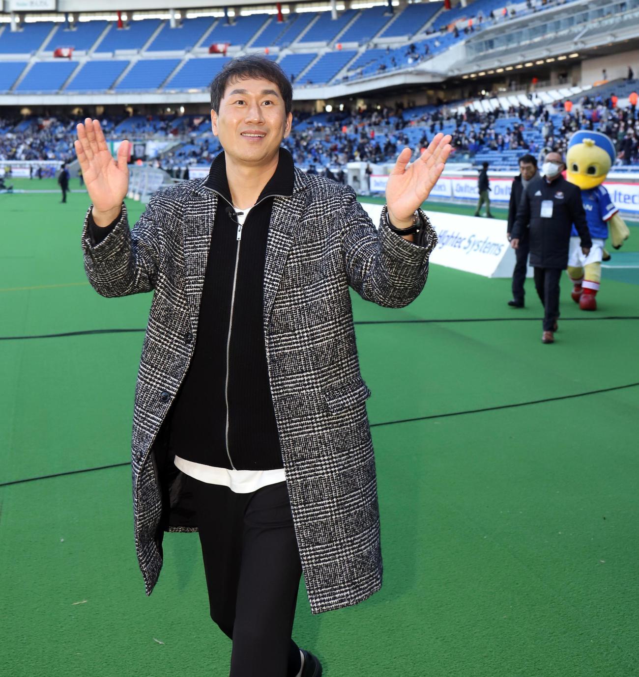 横浜対G大阪 試合後、仁川ユナイテッドのユ・サンチョル名誉監督は古巣の横浜サポーターの声援に笑顔で応える(撮影・垰建太)