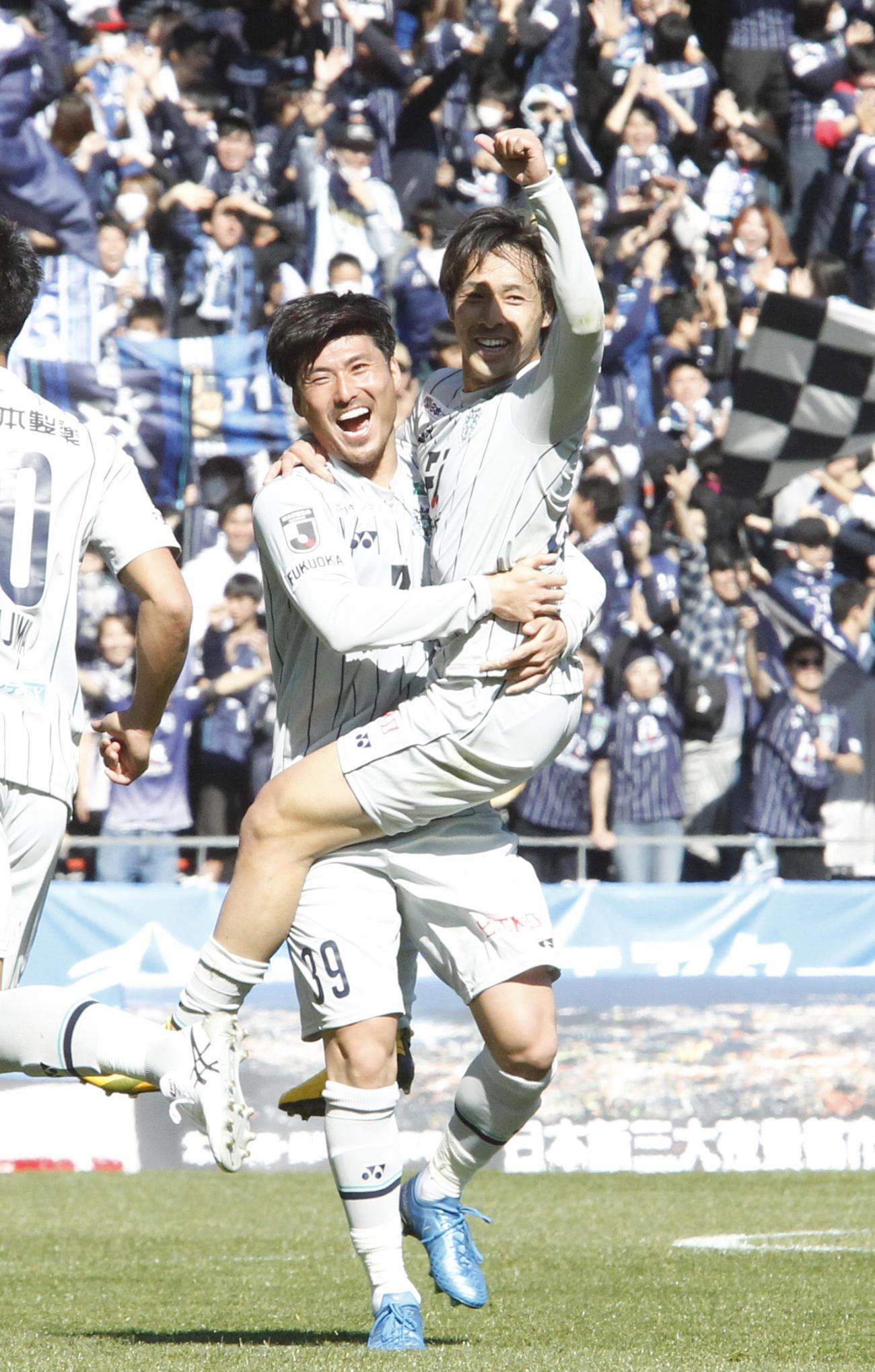 北九州対福岡 前半、先制ゴールを決め、DF篠原に抱きつき喜ぶ福岡FW遠野(撮影・菊川光一)